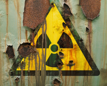 Strahlungswarnung auf verrostetem Behälter,symbolbild, conceptual